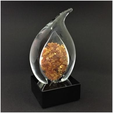 Stiklas su gintaro gabaliukais